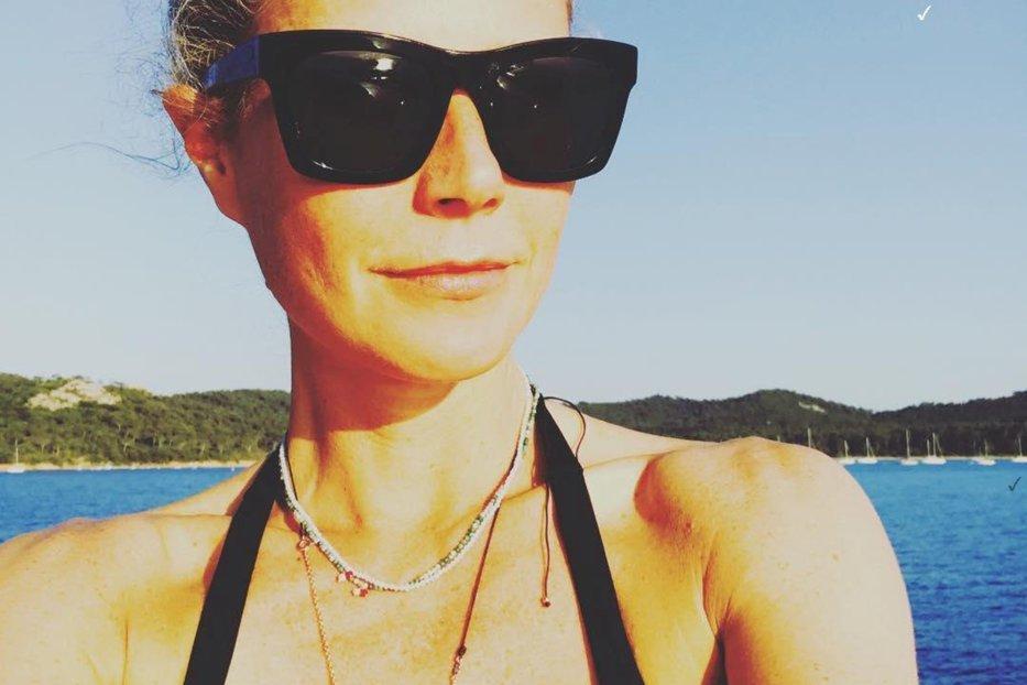 Gwyneth Paltrow,  topless la 44 de ani, pentru prima copertă a noii sale reviste Goop