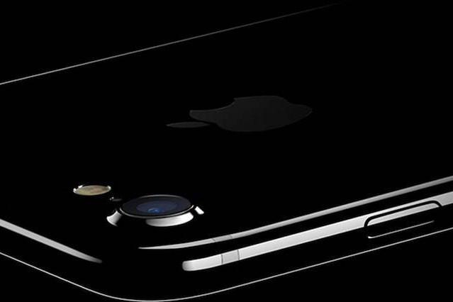 Cum arată noile modele iPhone 8 şi iPhone X. Elementul esenţial la care Apple a renunţat. VIDEO