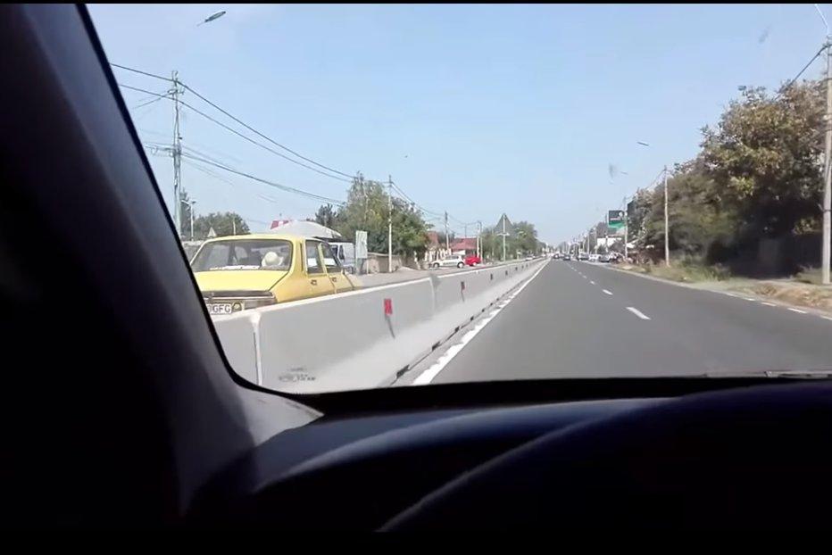 Imagini incredibile surprinse într-o localitate din Brăila. Cu Dacia 1310 pe contrasens, pe un drum pe care sunt montate separatoare de sens