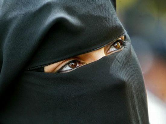 Sfidează toate regulile. Cum arată o tânără din America, primul supermodel cu văl islamic