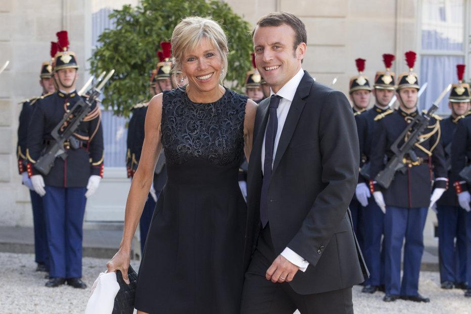 Imagini inedite de la nunta lui Emmanuel Macron cu Brigitte Trogneux. Ţinuta foarte scurtă cu care Prima Doamnă a Franţei a atras toate privirile. VIDEO