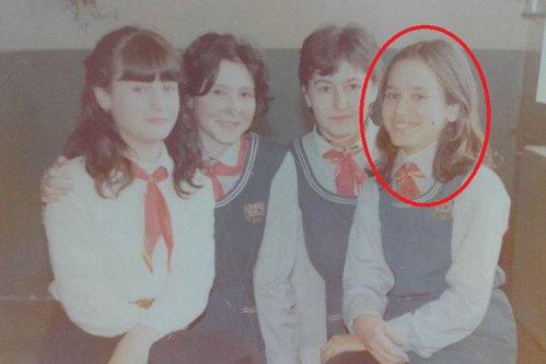 Această elevă din fotografie este astăzi, probabil, cea mai iubită vedetă din România. O recunoşti?