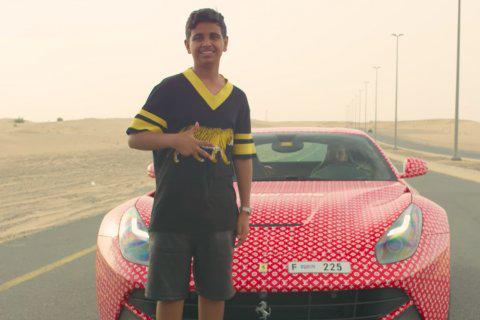 """Fiul unui magnat din Dubai, vedetă pe Instagram, şi-a învelit Ferrari-ul de 200.000 de lire în ambalaj Louis Vuitton. Detaliul pe care tânărul """"l-a uitat"""