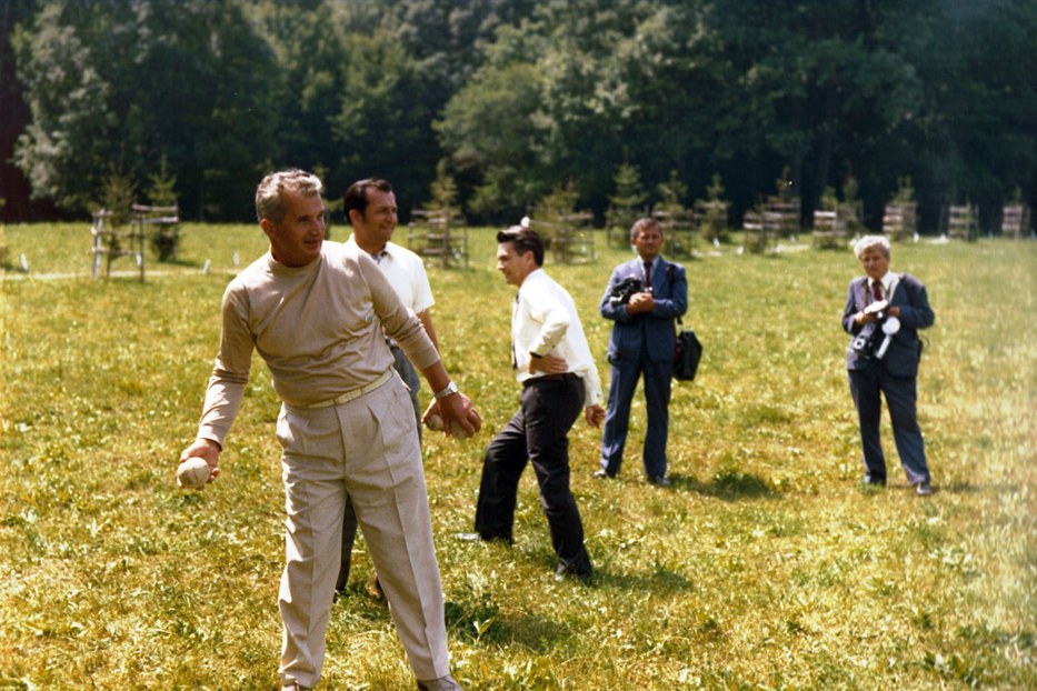 Imaginile din Arhivele Naţionale pe care Ion Iliescu le-ar fi vrut uitate. Cum a fost surprins în urmă cu 40 de ani în timpul unei vacanţe a soţilor Ceauşescu