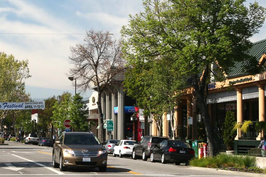 Acesta este cel mai scump oraş din Silicon Valley. Nu are magazine sau terase, dar găzduieşte cei mai bogaţi oameni din industria tehnologiei