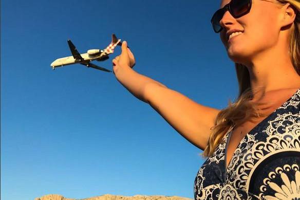 Cum arată cea mai frumoasă femeie pilot din lume. Are doar 24 de ani
