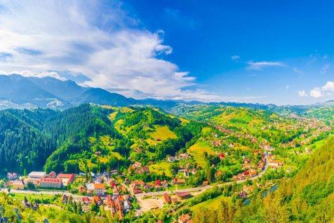 O comună din Bucovina a fost inclusă în topul unui faimos site de călătorii. Străinii sunt fascinaţi de culorile ei