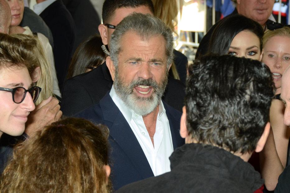 Mel Gibson, apariţie de senzaţie pe covorul roşu, împreună cu iubita sa cu peste 30 de ani mai tânără. FOTO