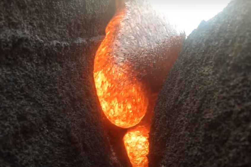 Imagini care-ţi taie răsuflarea din timpul erupţiei unui vulcan. O cameră a rezistat sub lavă şi a înregistrat totul. VIDEO