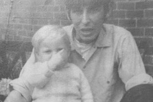 Fratele său a murit în mod MISTERIOS atunci când erau copii. După 50 de ani, o fotografie postată pe Facebook a SCHIMBAT TOTUL. Descoperirea ŞOCANTĂ a anchetatorilor