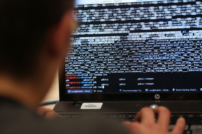 """Cei 14 oameni care controlează tot Internetul. Care este """"ritualul secret"""