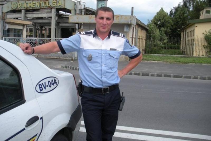Poliţistul Marian Godină se însoară. Cine va fi naşul şi cum arată invitaţiile la nunta sa