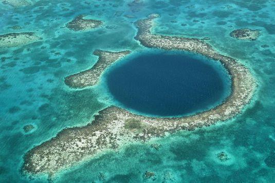 Cele mai periculoase şi misterioase 8 ape din lume. Turiştii trebuie să stea departe de ele