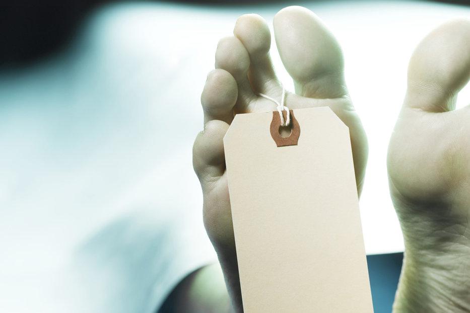 """S-a """"trezit din morţi"""". Un bărbat declarat mort de trei medici s-a trezit la morgă, înaintea autopsiei"""
