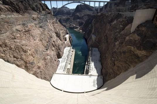 """Locurile de pe Pământ care sfidează teoria gravitaţiei: apa """"curge în sus"""", iar oamenii pot urca pe pereţi"""