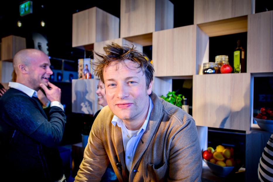 Celebrul Jamie Oliver este dator vândut. Numai angajaţilor trebuie să le plătească salarii restante de 2,5 milioane de euro