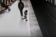 Un student de 18 ani a devenit erou după ce a salvat un copil căzut pe linia de metrou. VIDEO