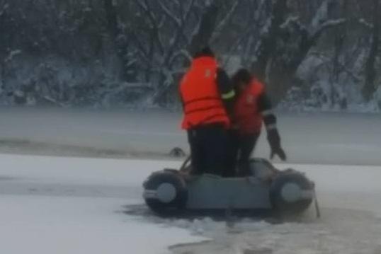 Operaţiune de salvare emoţionantă în Arad. Ce au scos pompierii din apele ingheţate ale unei bălţi