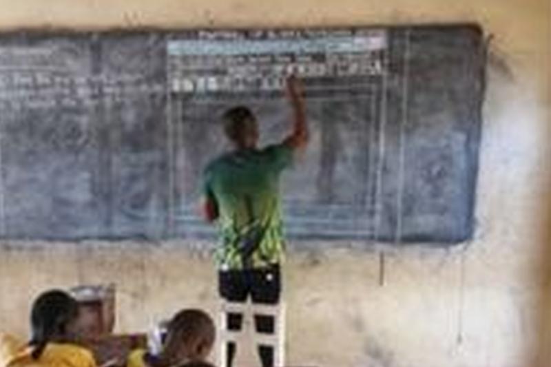 Un profesor din Ghana le predă elevilor informatica, deşi nu dispune de un calculator. Ce reacţii au stârnit fotografiile virale