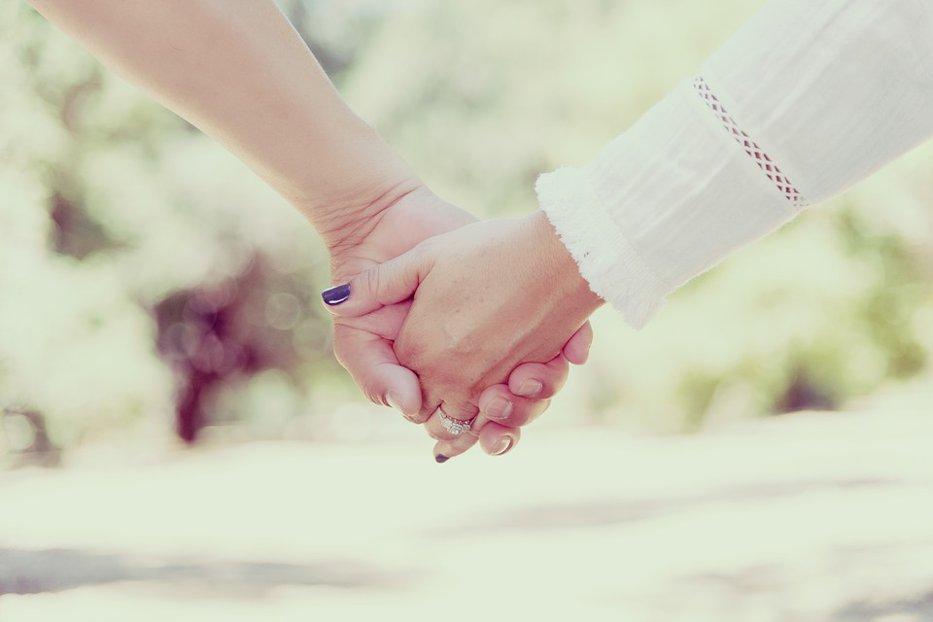Ce se întâmplă în creierul a doi îndrăgostiţi atunci când se ţin de mână