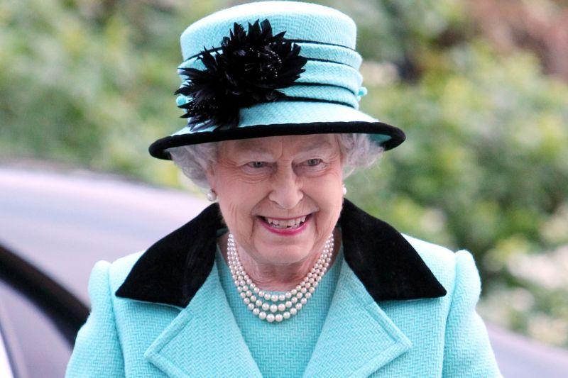 """Apariţie surprinzătoare alături de Regina Marii Britanii. Fosta actriţă a dorit să facă impresie bună şi a intonat """"God Save The Queen"""""""