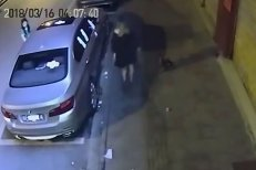 Imagini bizare din China. Cum s-a răzbunat o femeie pe maşina fostului ei iubit, după o ceartă aprinsă