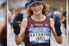 Povestea incredibilă a primei femei care a alergat într-un maraton. 50 de ani mai târziu, Katherine Switzer a participat la cursa de duminică, de la Londra. Are 71 de ani. VIDEO