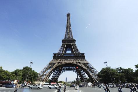 """Peste 300 de metri înălţime, 18.000 de piese asamblate şi 2,5 milioane de nituri. Turnul Eiffel îşi serbează """"ziua"""""""