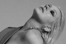 Christina Aguilera a pozat topless pentru coperta noului album