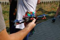 DRONE care prind viteze de 200 de km/oră se întrec într-un concurs internaţional. Cât costă o dronă asamblată de piloţi