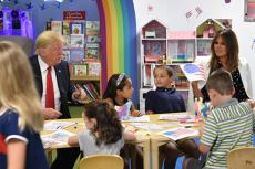 Noua GAFĂ a lui Donald Trump. Liderul de la Casa Albă a colorat GREŞIT steagul Statelor Unite