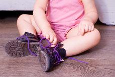 Atenţie, părinţi! Fetiţă de 4 ani, la un pas de MOARTE, după ce a probat ÎNCĂLŢĂRI într-un magazin, FĂRĂ ŞOSETE