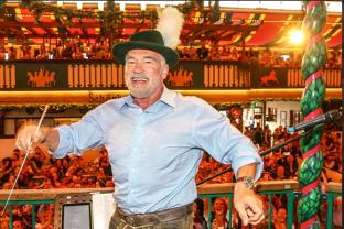 Schwarzenegger s-a dat în SPECTACOL la Festivalul berii. Vezi cât de ÎN FORMĂ este actorul septuagenar după ce a golit mai multe HALBE