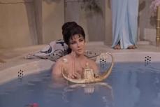 Cele mai STRANII tehnici de ÎNFRUMUSEŢARE ale celor mai frumoase femei din istorie. CLEOPATRA făcea baie în LAPTE DE MĂGĂRIŢĂ