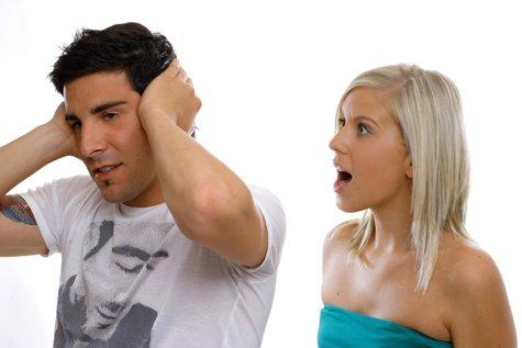 Lista BIZARĂ cu reguli STRICTE a unei fete pentru iubitul ei: Nu trebuie SĂ TE UIŢI la fete singure şi trebuie să-mi spui CĂ MĂ IUBEŞTI o dată pe zi