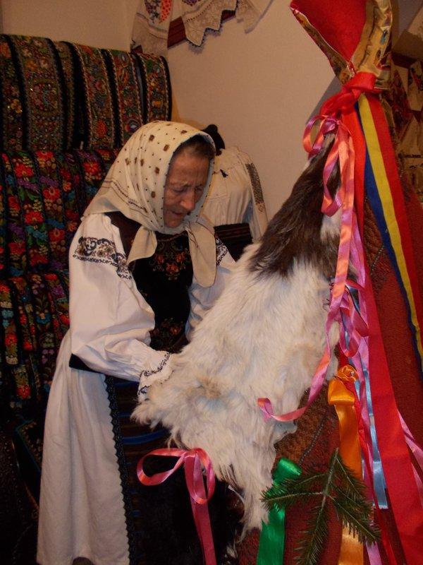 Bunicii din Salva predau nepoților secretele pregătirii Caprei pentru colinda de Crăciun