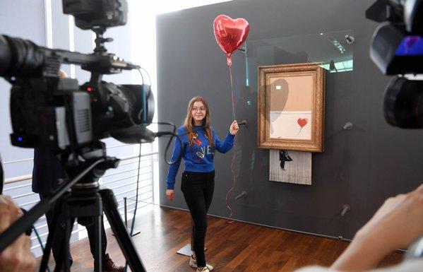 Lucrarea lui Banksy care s-a autodistrus la licitaţie a început un turneu prin muzeele germane