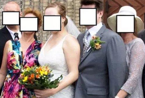 Invitaţii la nuntă, şocaţi de modul în care soacra mare îşi atinge fiul în poza de grup - FOTO