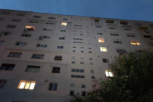 Sex la înălţime sfârşit tragic: Au căzut de la etajul 9 în timp ce întreţineau relaţii intime la geam / Femeia a murit pe loc, însă bărbatul s-a întors la petrecere