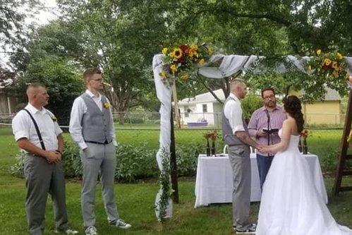 Mireasa i-a spus domnişoarei de onoare că poate purta orice la nuntă. Când a văzut cum s-a prezentat aceasta la eveniment, tânăra a crezut că leşină... de râs