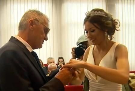Cuplu neobişnuit: Un bărbat de 74 de ani s-a căsătorit cu iubita lui de 21 de ani, deşi tânăra l-a înşelat