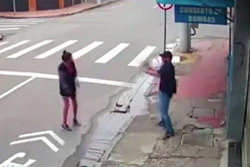 Momentele şocante în care o cerşetoare este împuşcată mortal după ce îi ceruse câţiva bănuţi unui bărbat - VIDEO