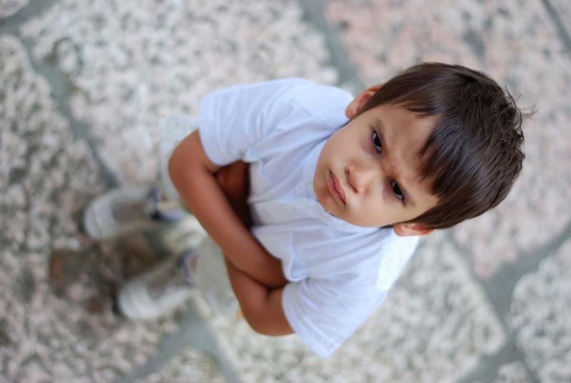 Ce păţeşte copilul tău dacă se uită mai mult de două ore la televizor