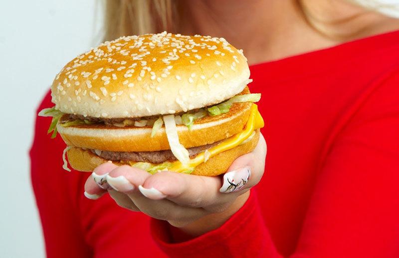 Românii sunt graşi, dar subnutriţi. Fast-food-ul te face să iei în greutate, fără să te hrănească
