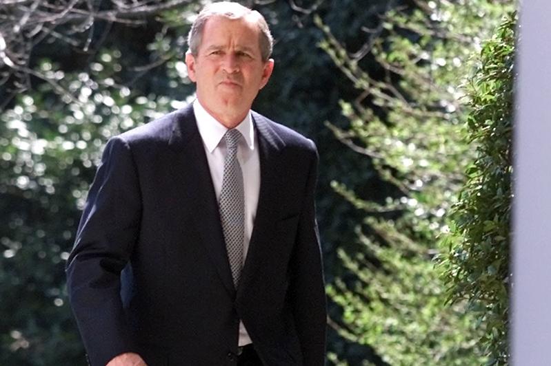 Ce face George W. Bush cu iPadul:  joacă scrabble şi citeşte Wall Street Journal