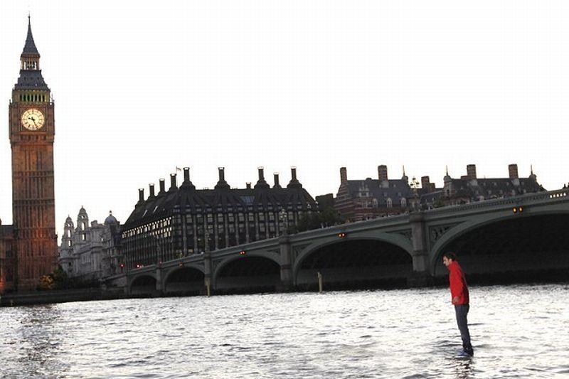 Cum traversează un magician râul Tamisa? Merge pe apă - Video