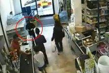 Un jaf de jaf: un hoţ, intimidat de vânzătorul care vorbeşte la telefon. VIDEO FABULOS