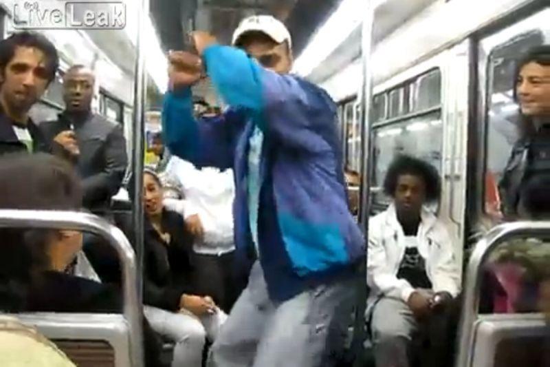 """VIDEO: Doi români se dau în spectacol la metrou în Paris. """"Nesimţiţii ăstia au transformat România în ŢARA ŢIGANILOR"""