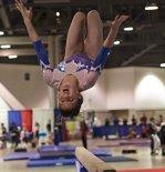Participă la competiţii de gimnastică deşi are probleme uriaşe de vedere. Spectatorii şi juriul nici nu-şi dau seama prin ce trece această fetiţă