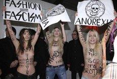 Organizaţia feministă Femen loveşte din nou. Protest topless împotriva promovării fotomodelelor